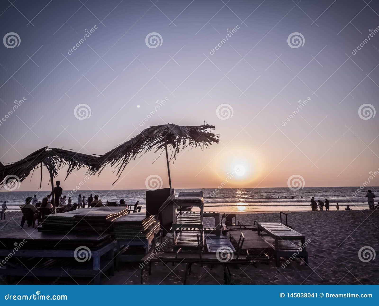 Gente que goza en playa del mar