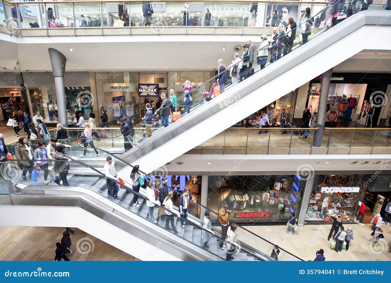 Gente que hace compras en alameda al por menor