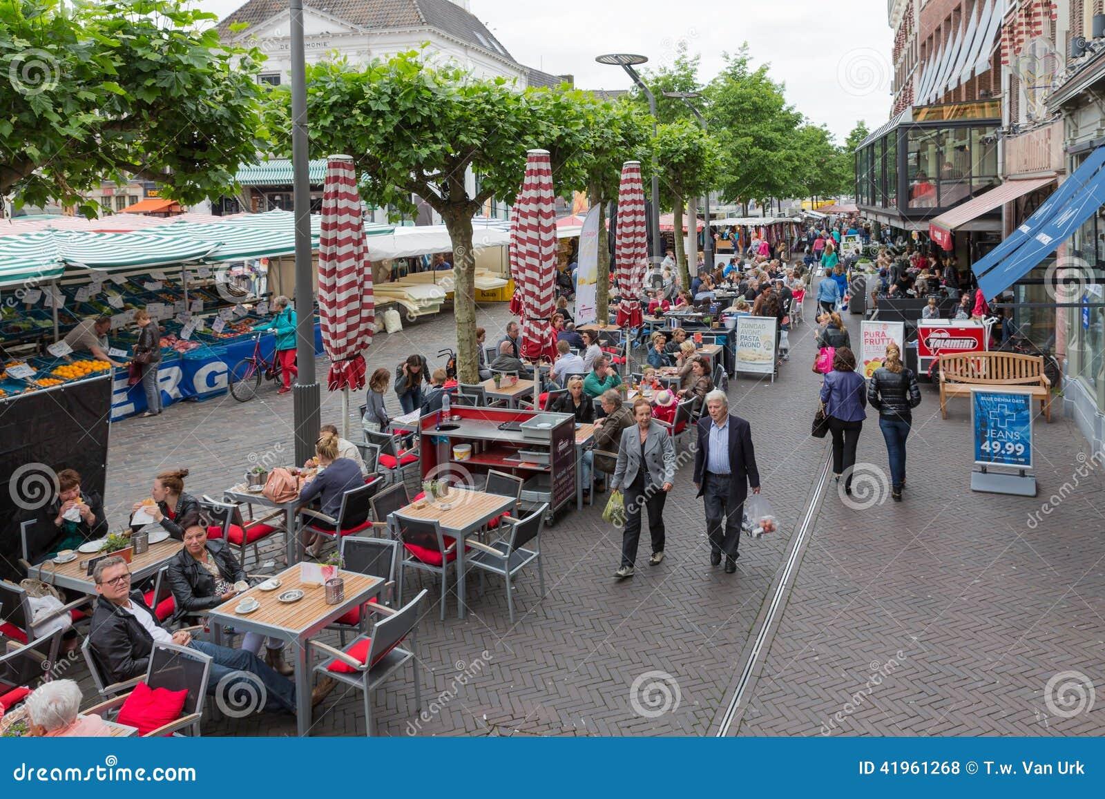 Gente que hace compras en un mercado de Zwolle en los Países Bajos
