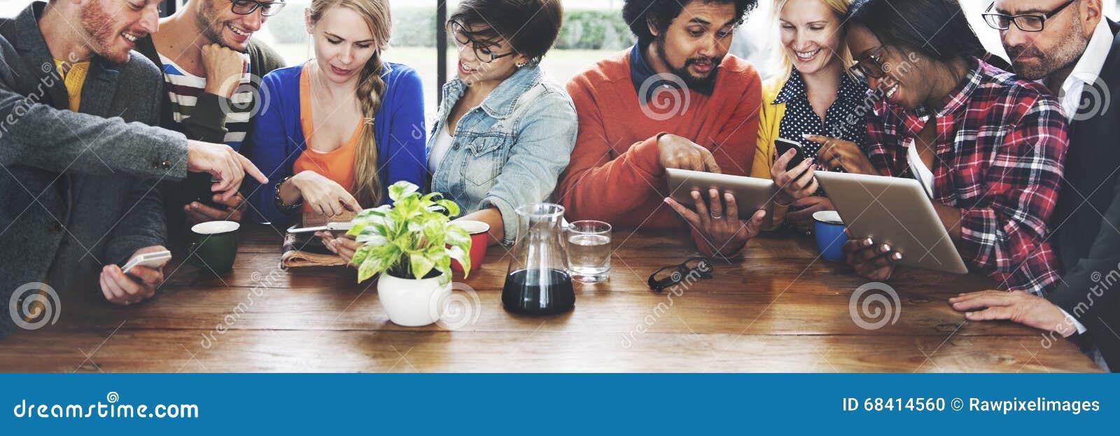 Gente que hace frente a concepto de la tableta de Digitaces de la tecnología de comunicación