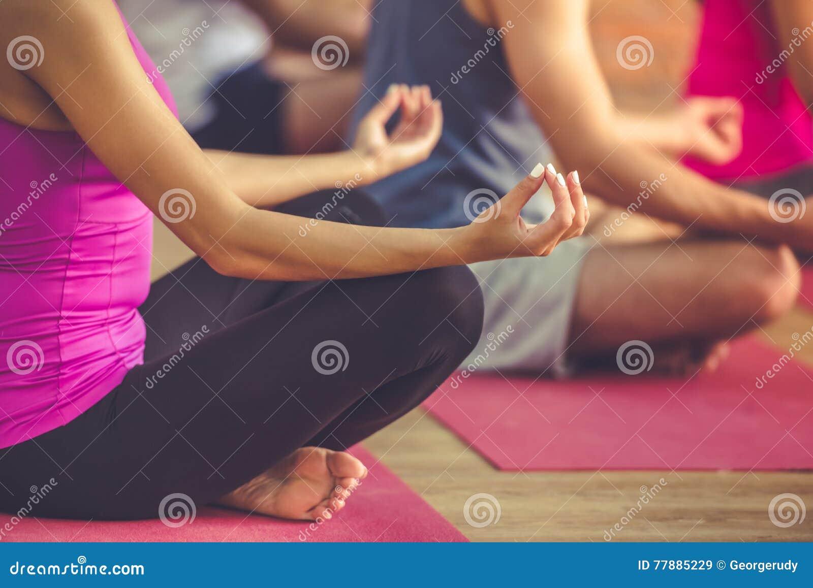 Gente que hace yoga