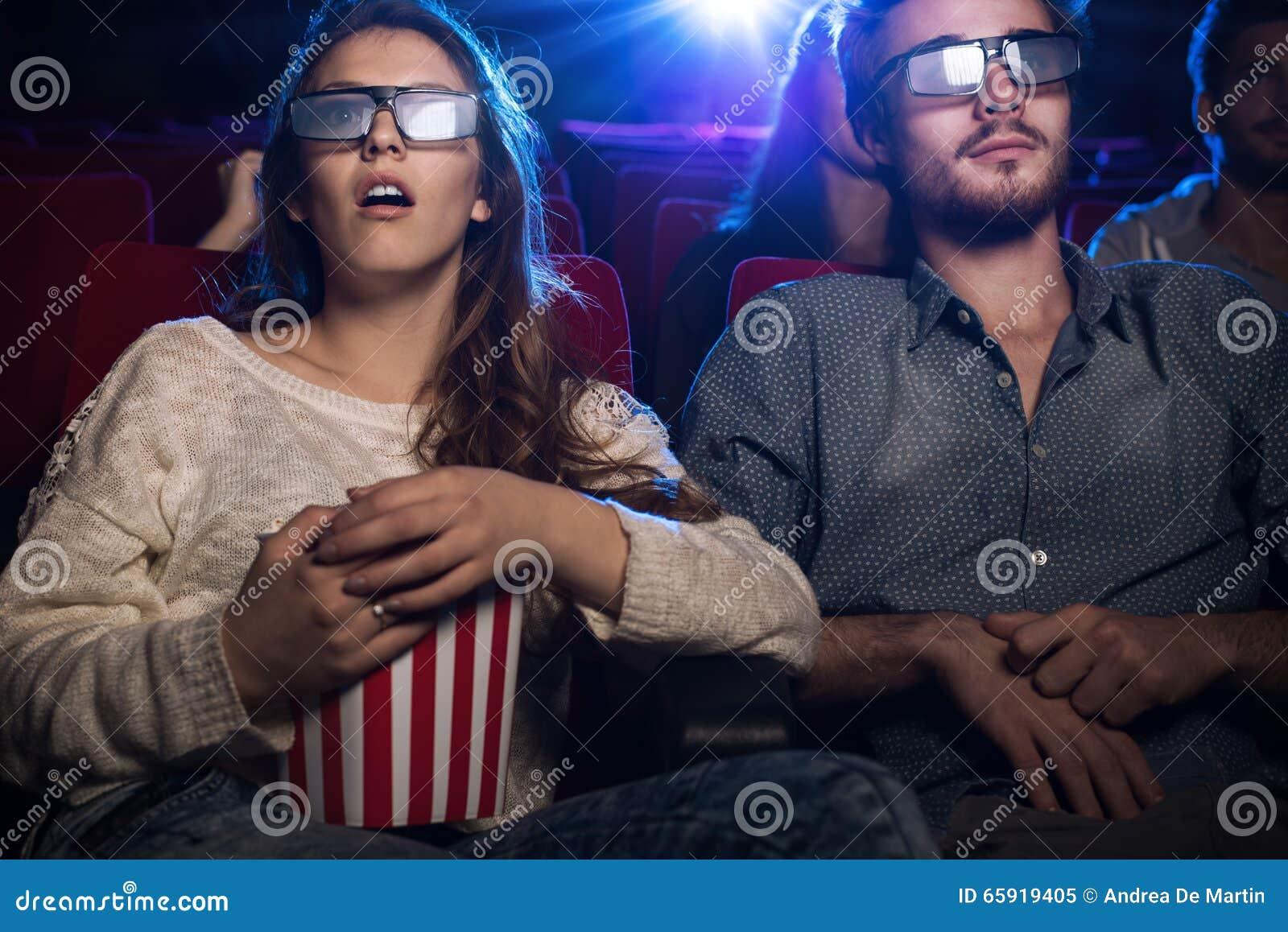 Gente que mira una película 3d en el cine