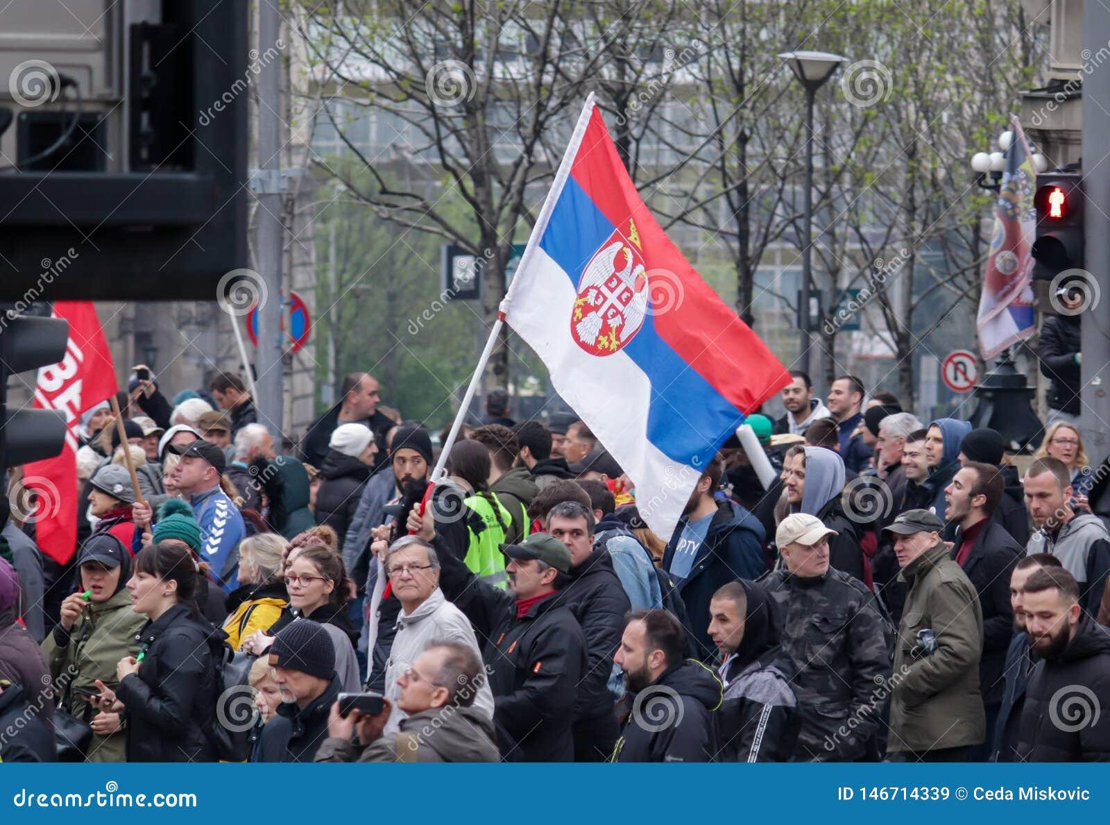 Gente que protesta contra el gobierno actual