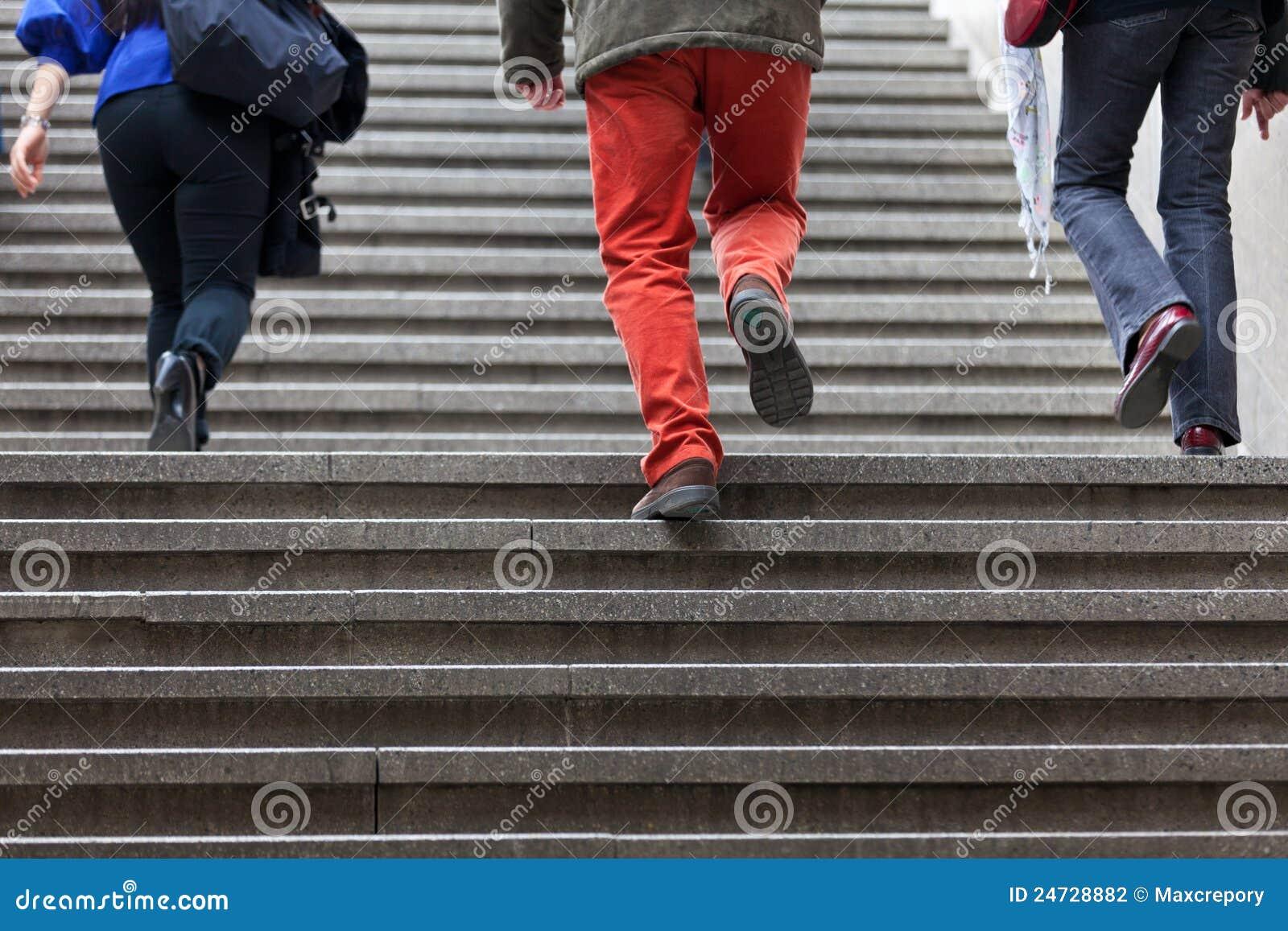 Gente que recorre encima de pasos de progresión