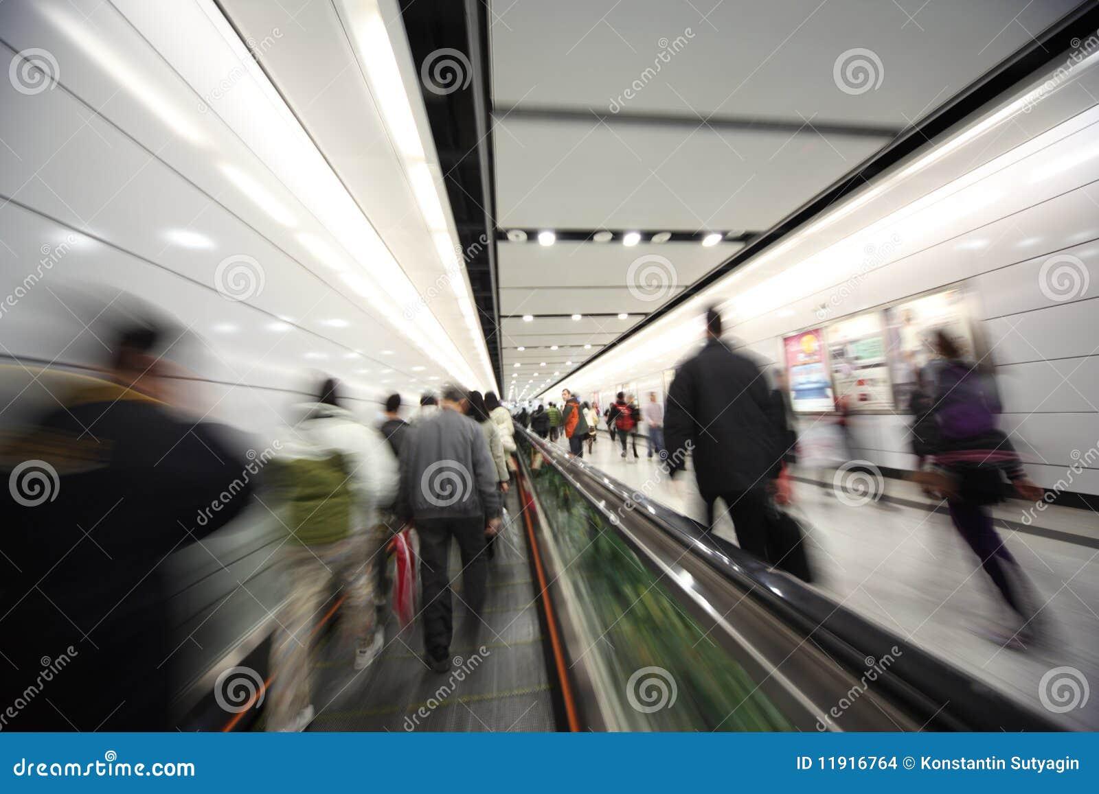 Gente que recorre, movimiento enmascarado