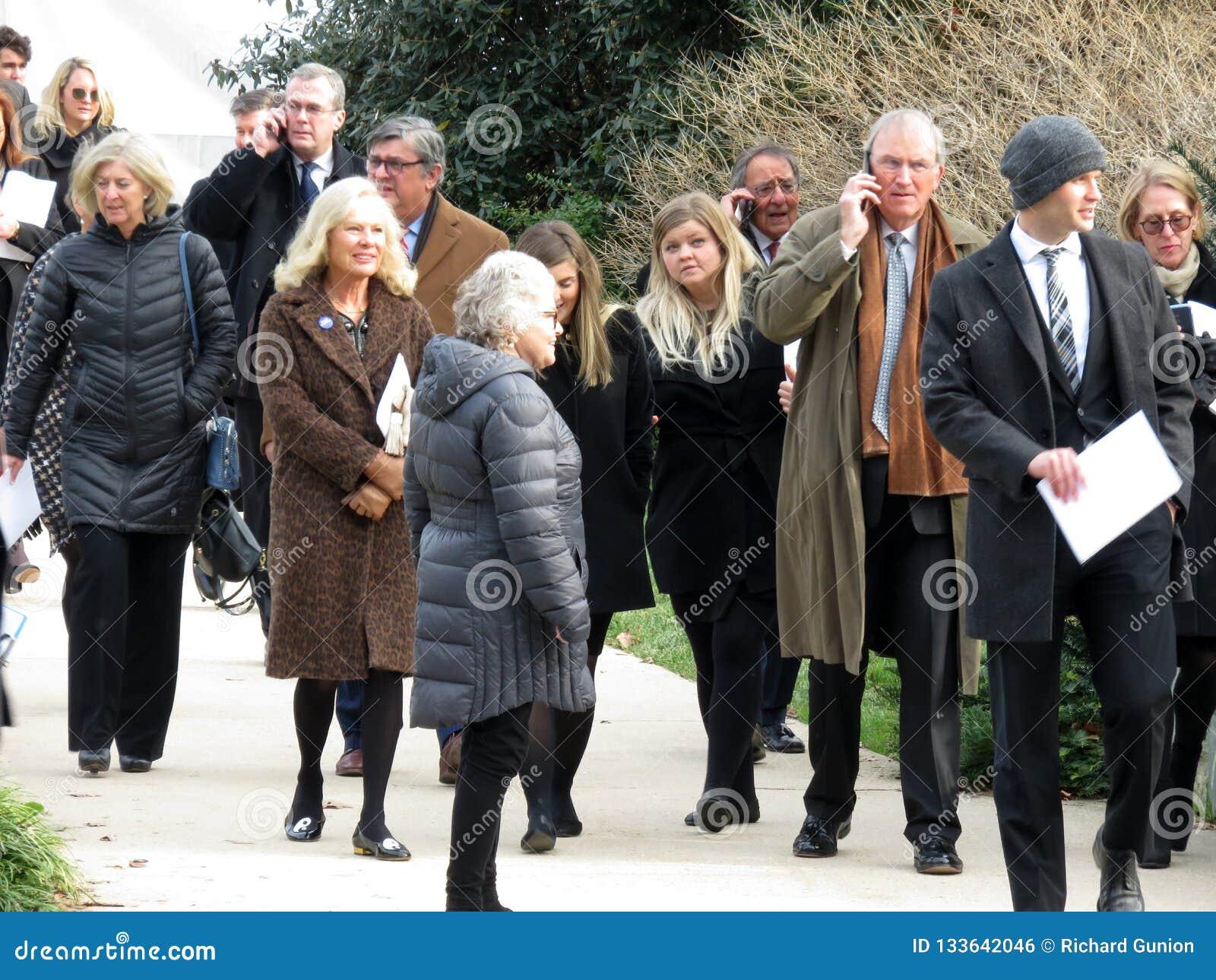 Gente que sale la catedral nacional después del entierro