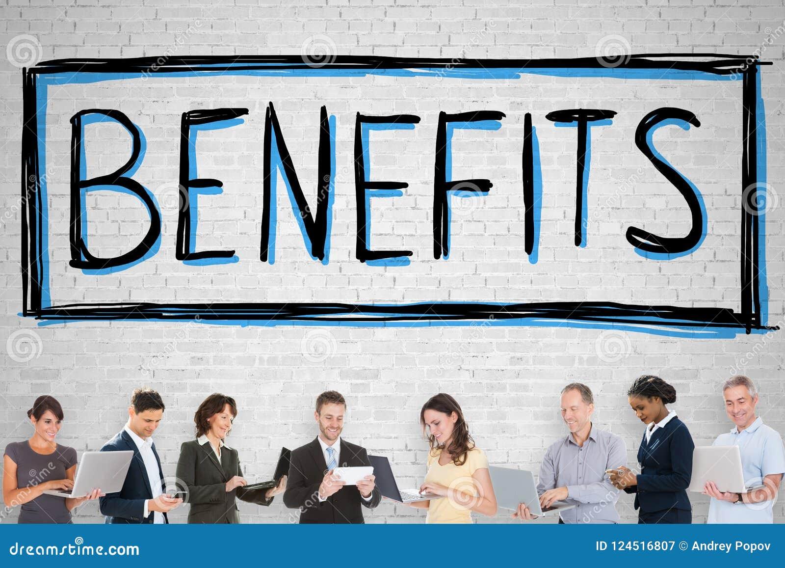 Gente que se coloca en Front Of Social Security Benefits
