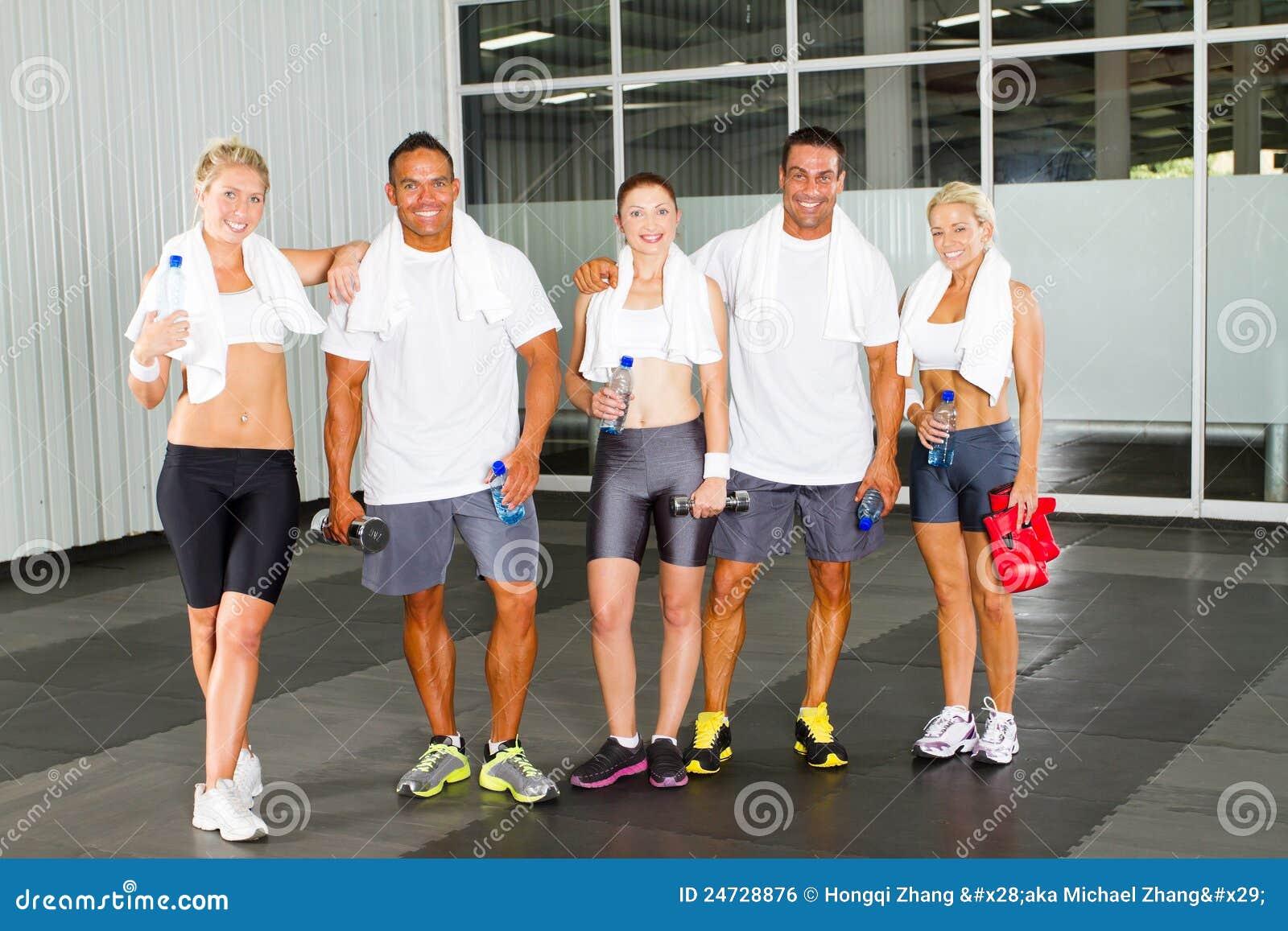 Gente que se relaja en gimnasia