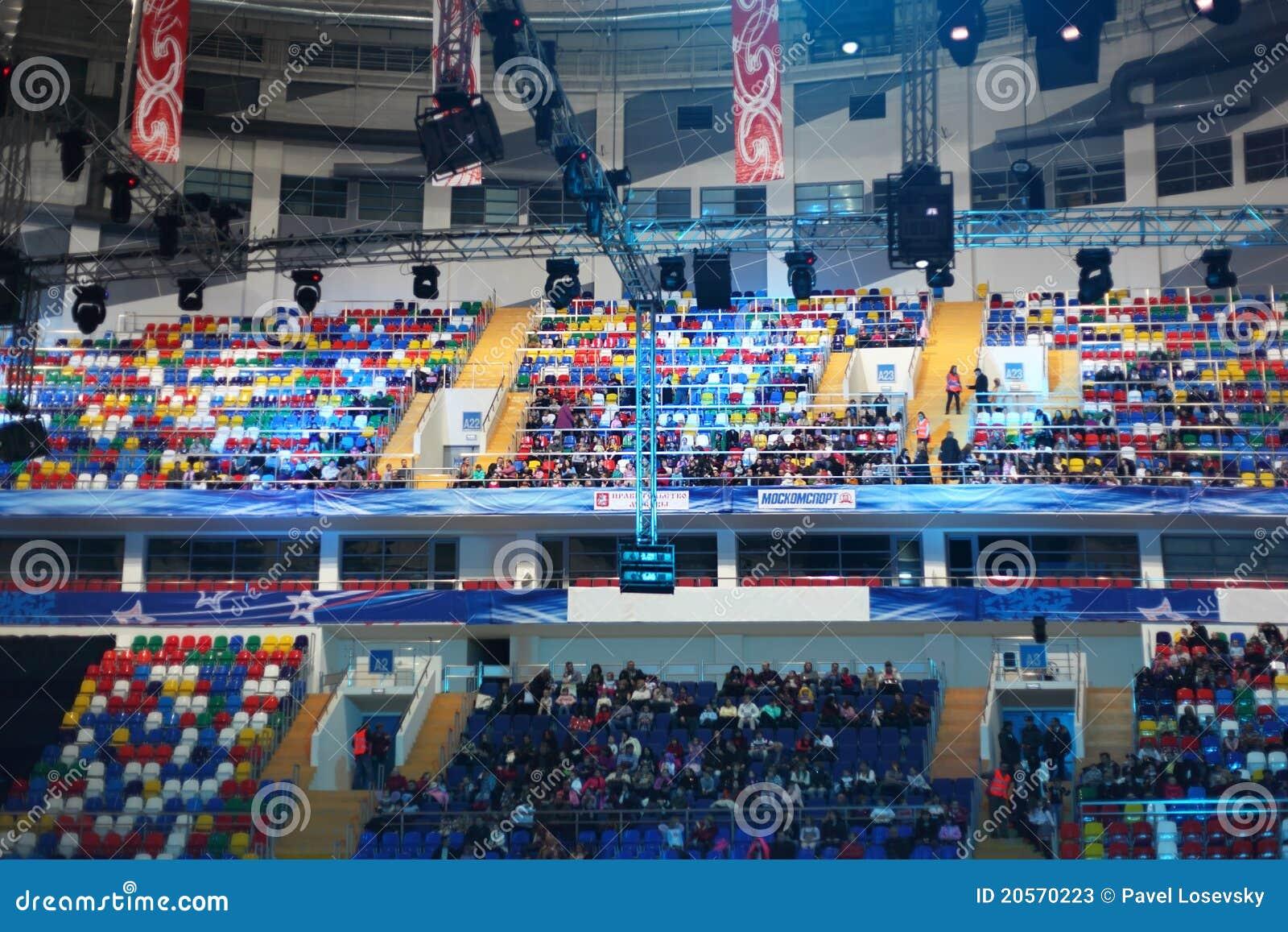 Gente que se sienta en el palacio de los deportes Megasport