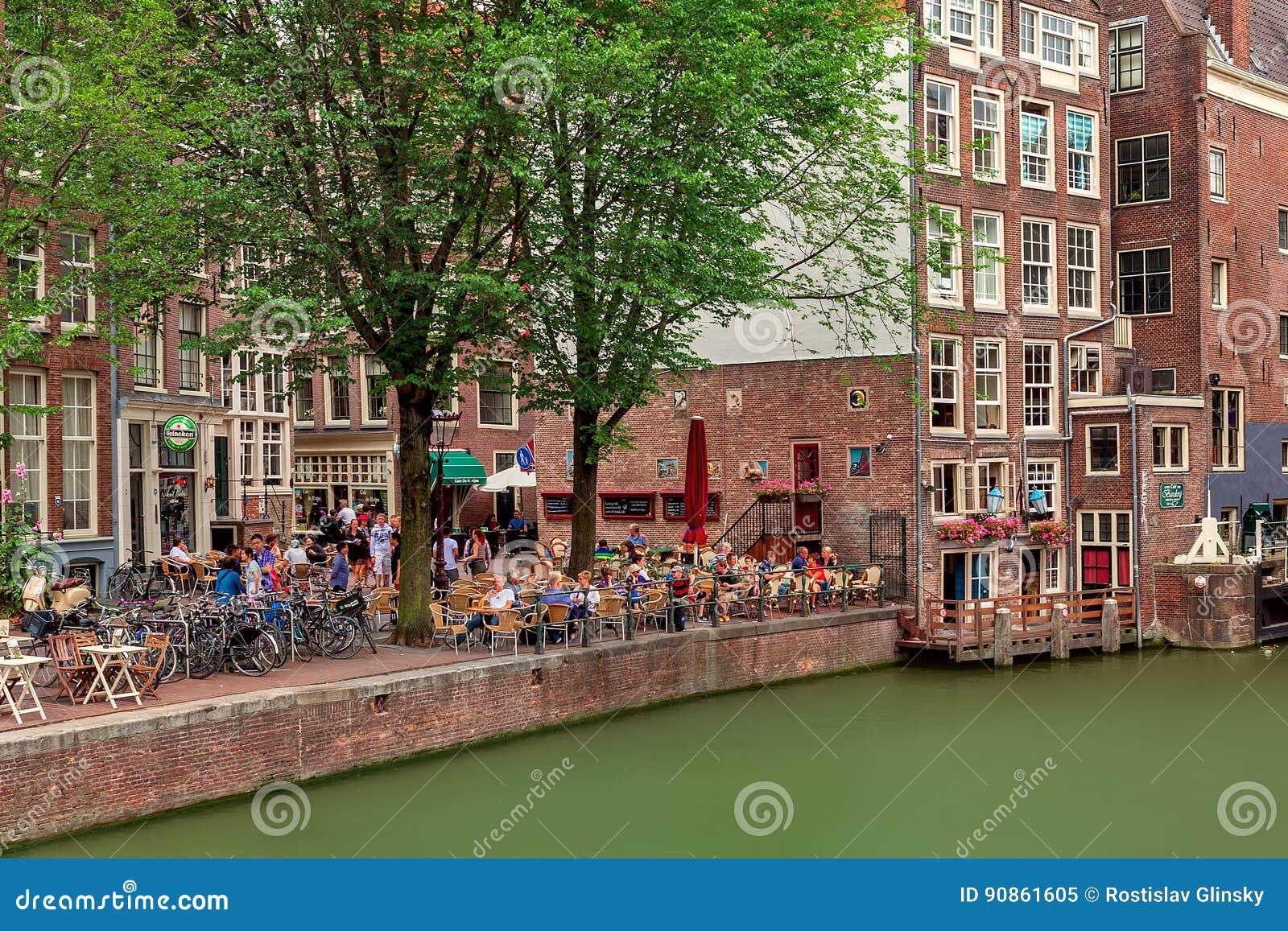 Gente que se sienta en restaurante al aire libre en Amsterdam