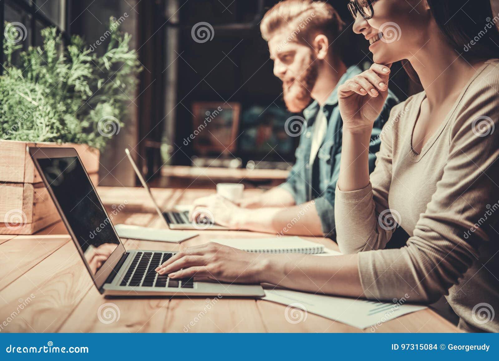 Gente que trabaja en la oficina