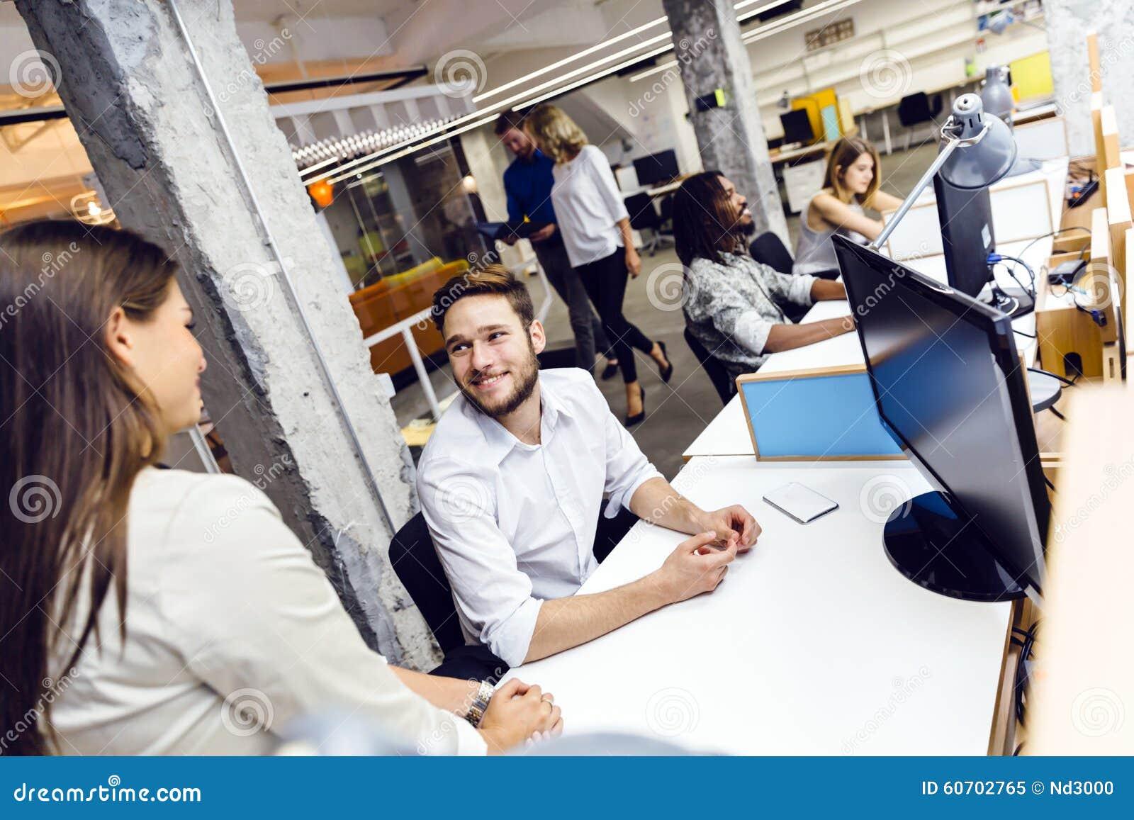 Gente que trabaja en la oficina moderna ocupada imagen de for Xxx porno en la oficina