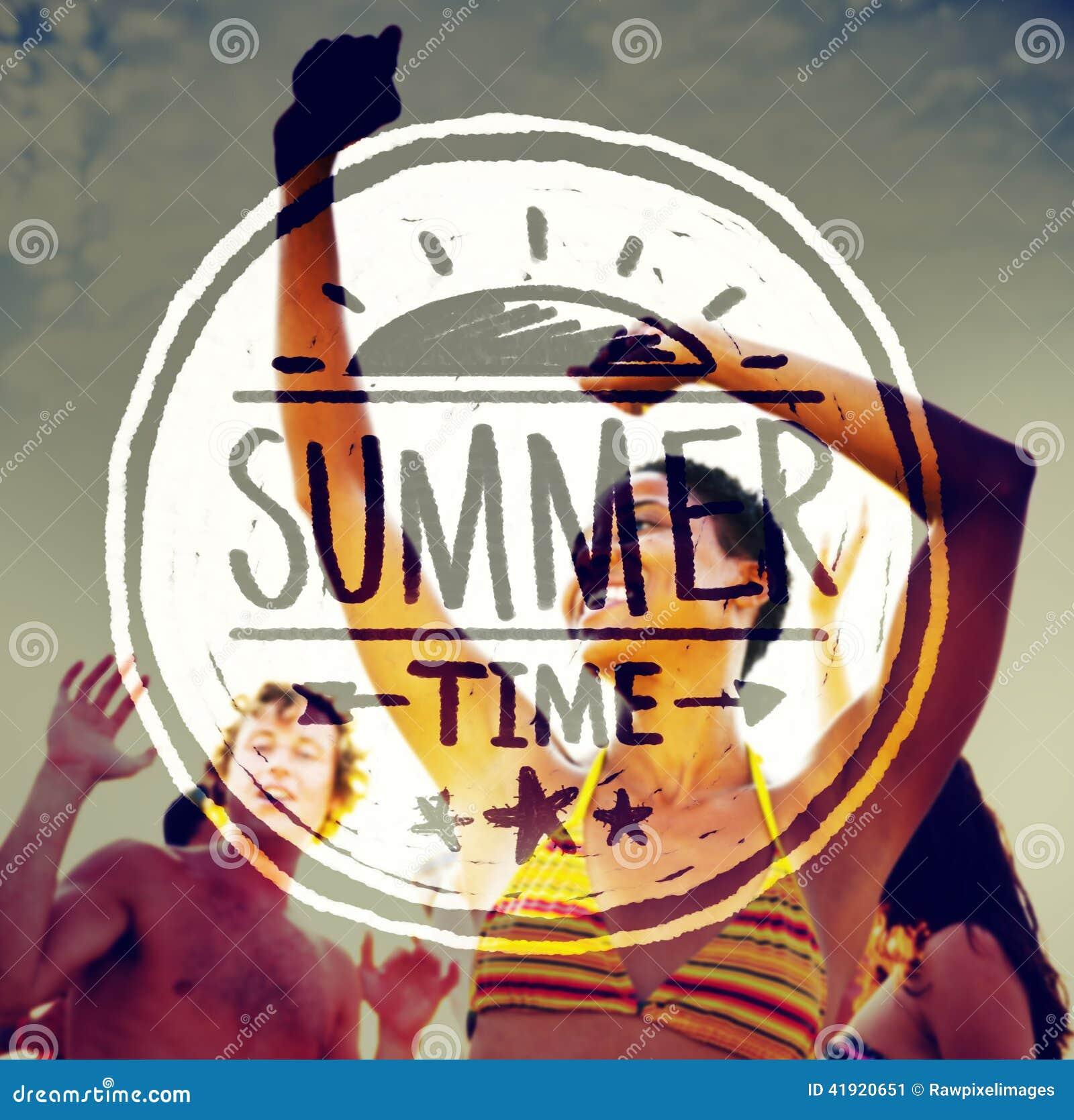 Gente que va de fiesta al aire libre y texto del tiempo de verano