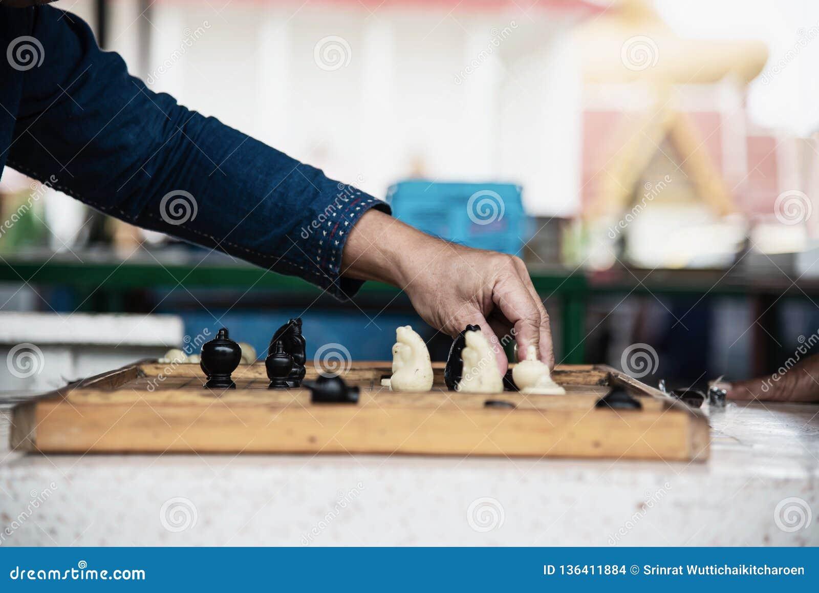 Gente tailandese locale giocare vecchi scacchi tailandesi tradizionali nell area pubblica