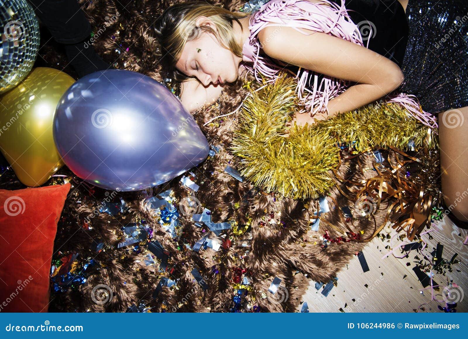 Gente ubriaca che dorme in un partito
