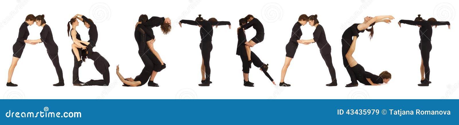Gente vestida negro que forma palabra ABSTRACTA