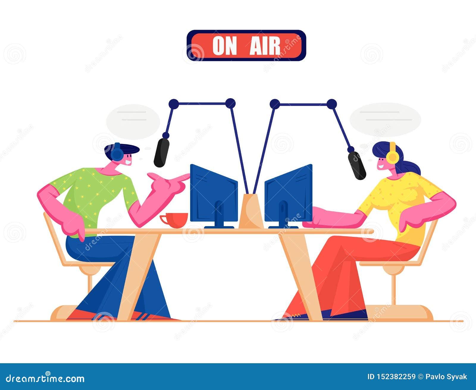 Gente y concepto de radio El varón y los caracteres femeninos de DJ de la radio en auriculares hablan a los micrófonos, difundien