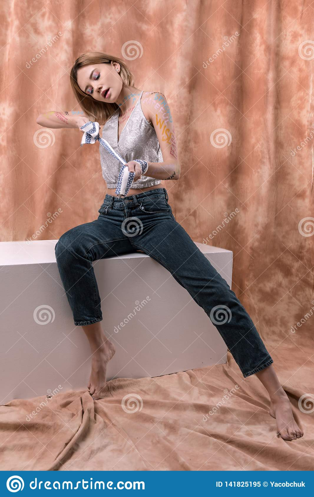 Gentille femme attirante essayant de se placer libre