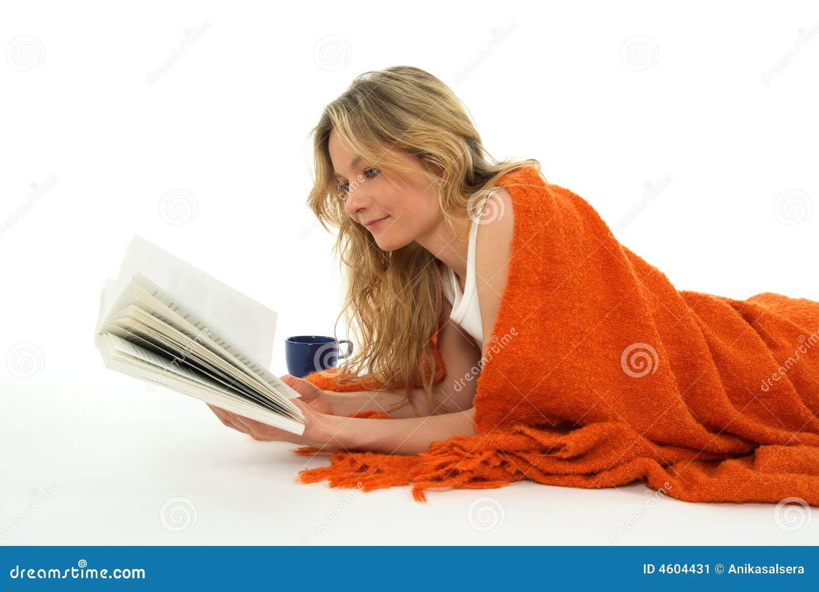 Gentille fille affichant un livre, relaxed