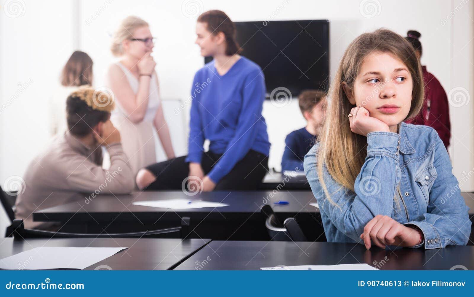 Gentille nouvelle étudiante se sentant timide au renfoncement