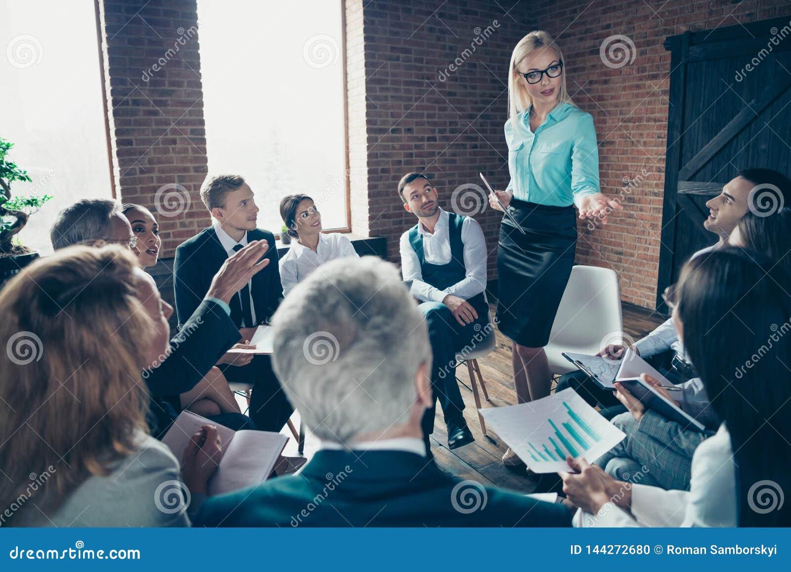 Gentils experts sérieux occupés attirants élégants élégants écoutant le financier de directeur exécutif d économiste d entreprise