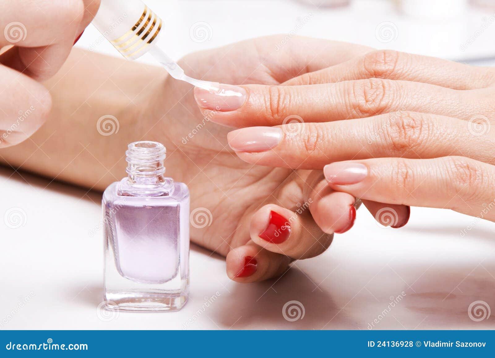 Чем оттирается лак для ногтей
