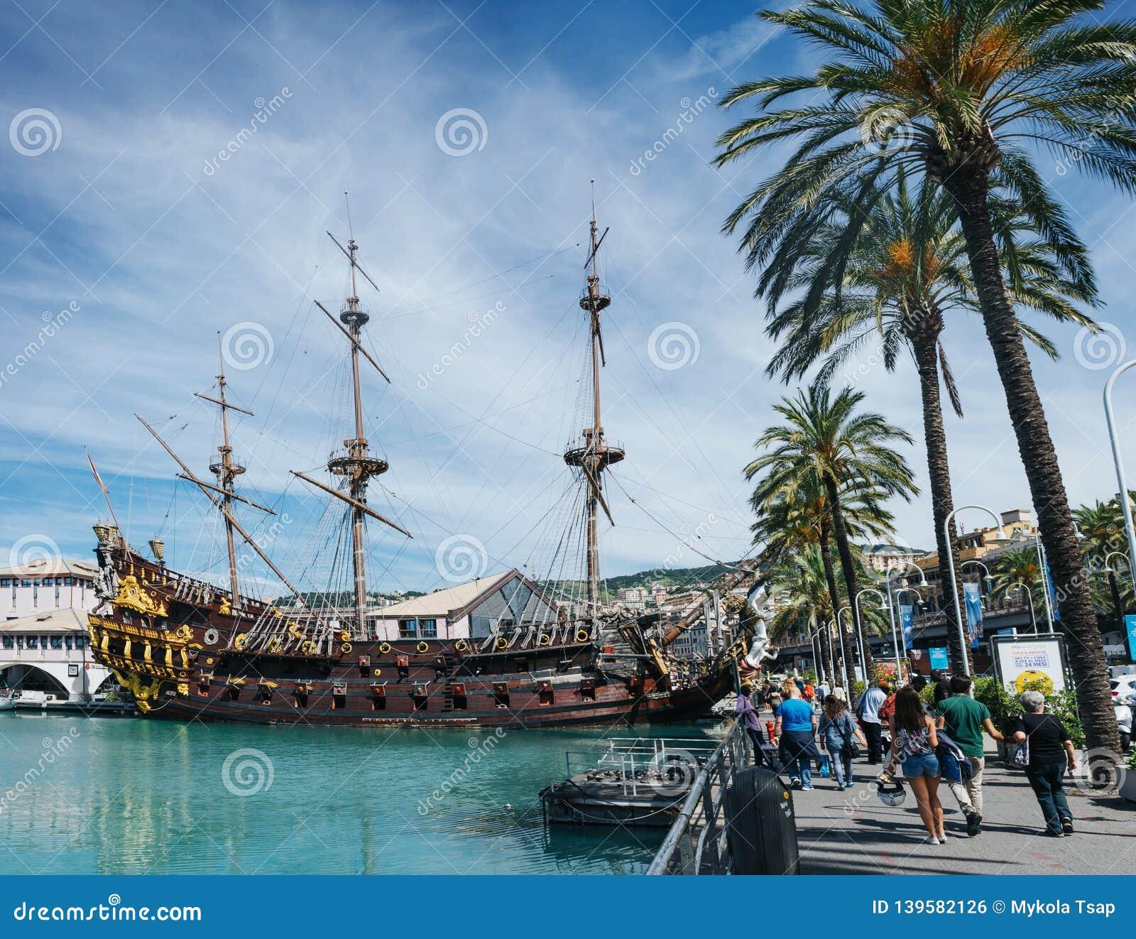 GENUA, ITALIË - JUNI 21, 2016: Mensen die dichtbij Galeone Neptunus, oud houten schip, replica lopen van oud Spaans galjoen bij o