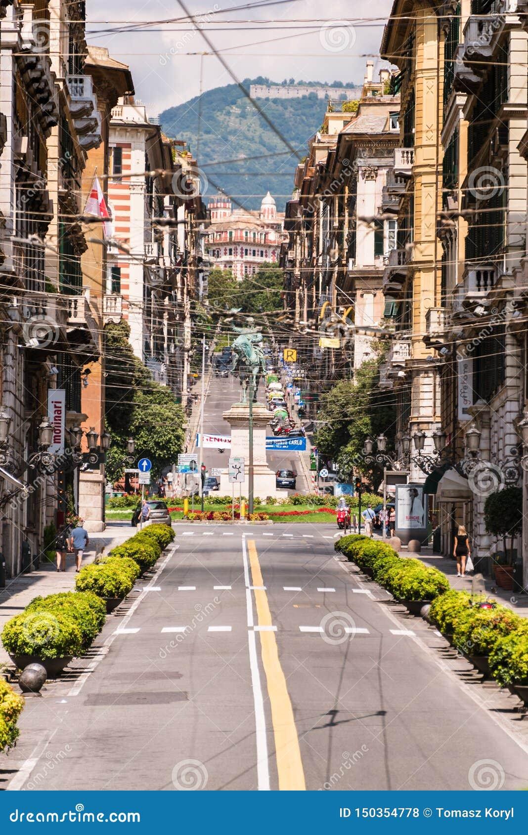 Genua via den Roma gatan På slutet av gatan den fyrkantiga piazza Corvetto och staty av Vittorio Emanuele II