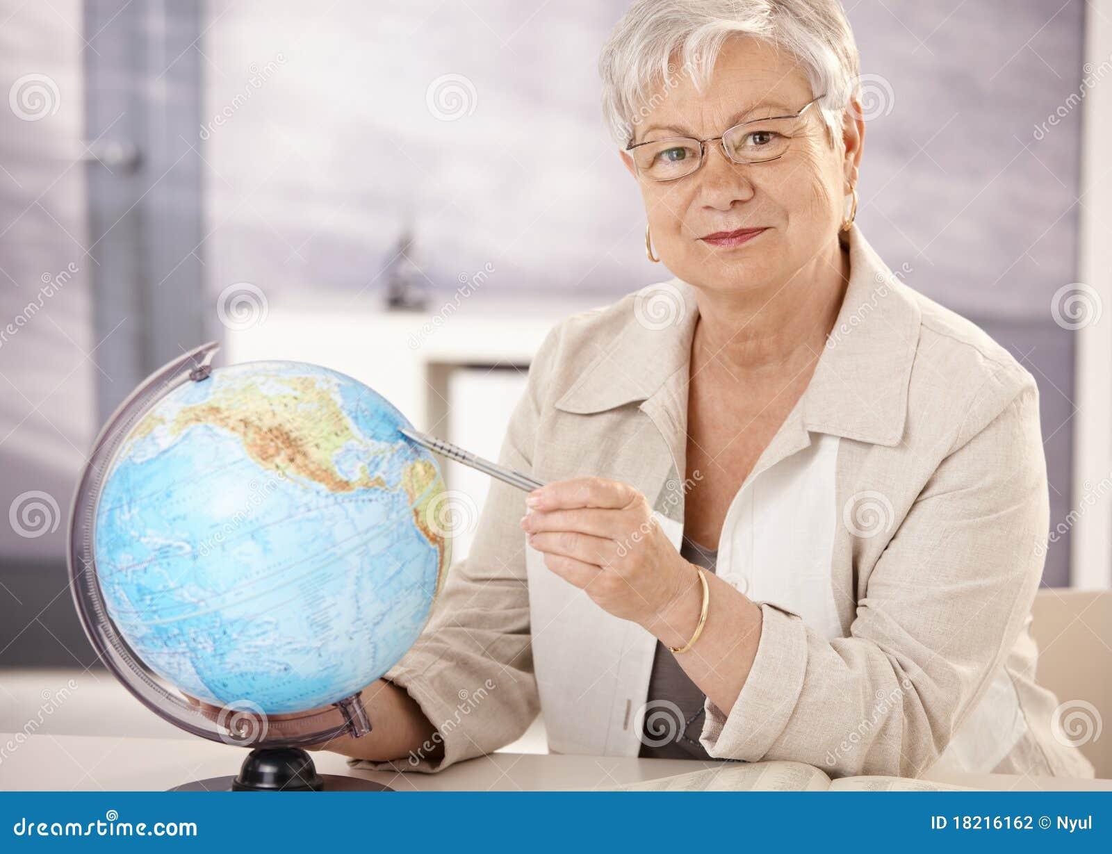 Geografía de enseñanza del profesor mayor