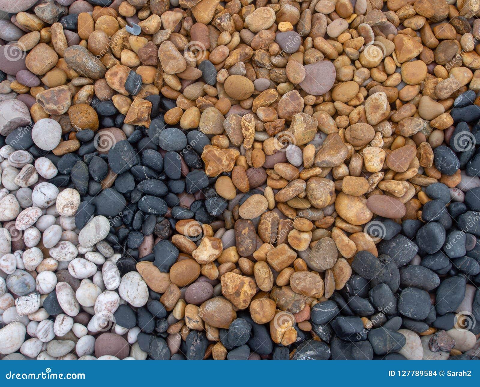 Geom Denni otoczaki na plaży, różnorodnych kolorach i typ kamień, Multicoloured kamienie - czarni, biały, kolor żółty