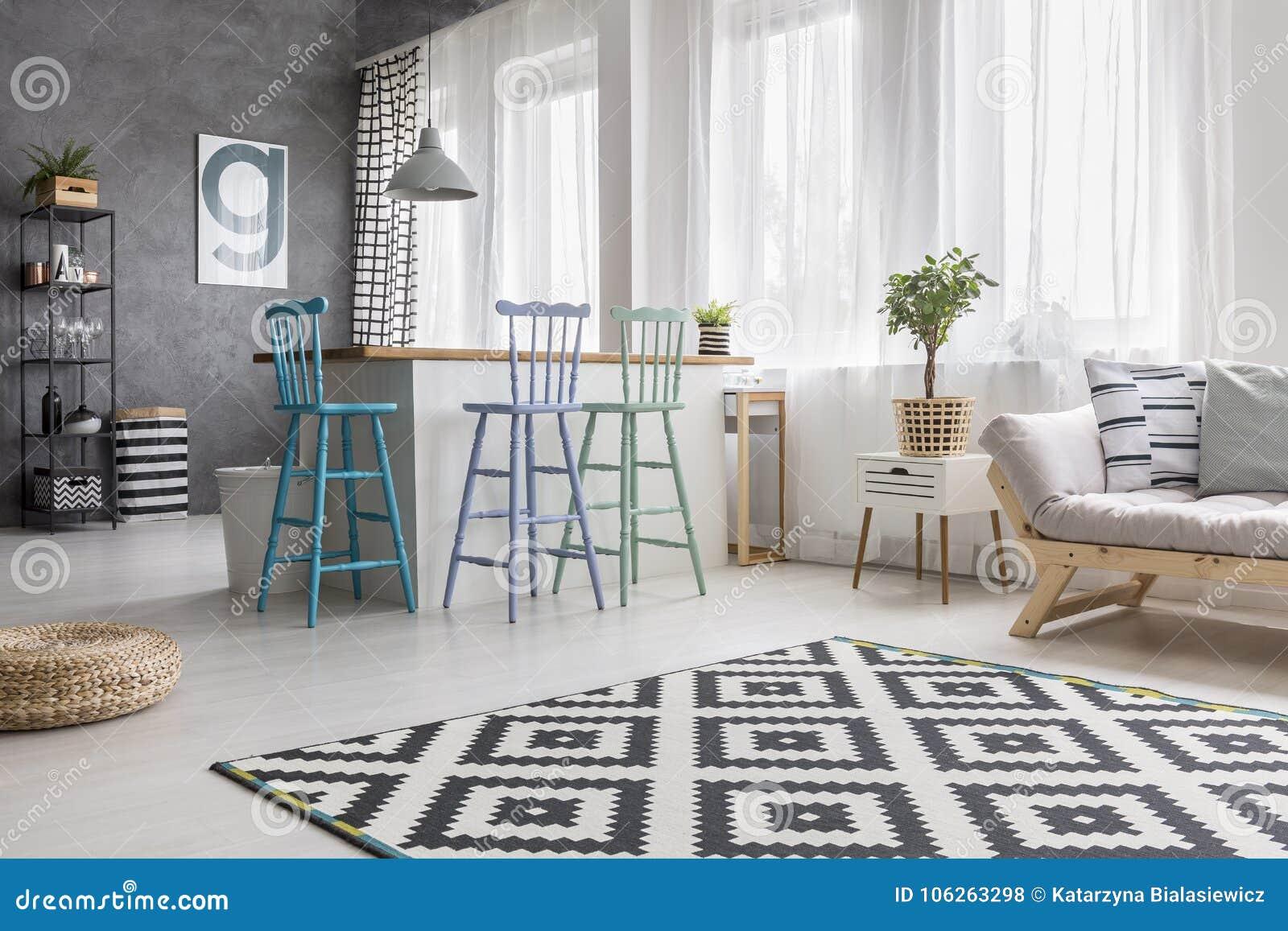 Tapijt In Woonkamer : Geometrisch tapijt in woonkamer stock foto afbeelding bestaande
