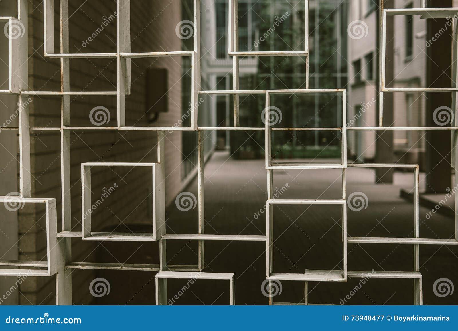 Geometrischer Zaun Vor Haus Stockbild Bild Von Weiss Metall 73948477