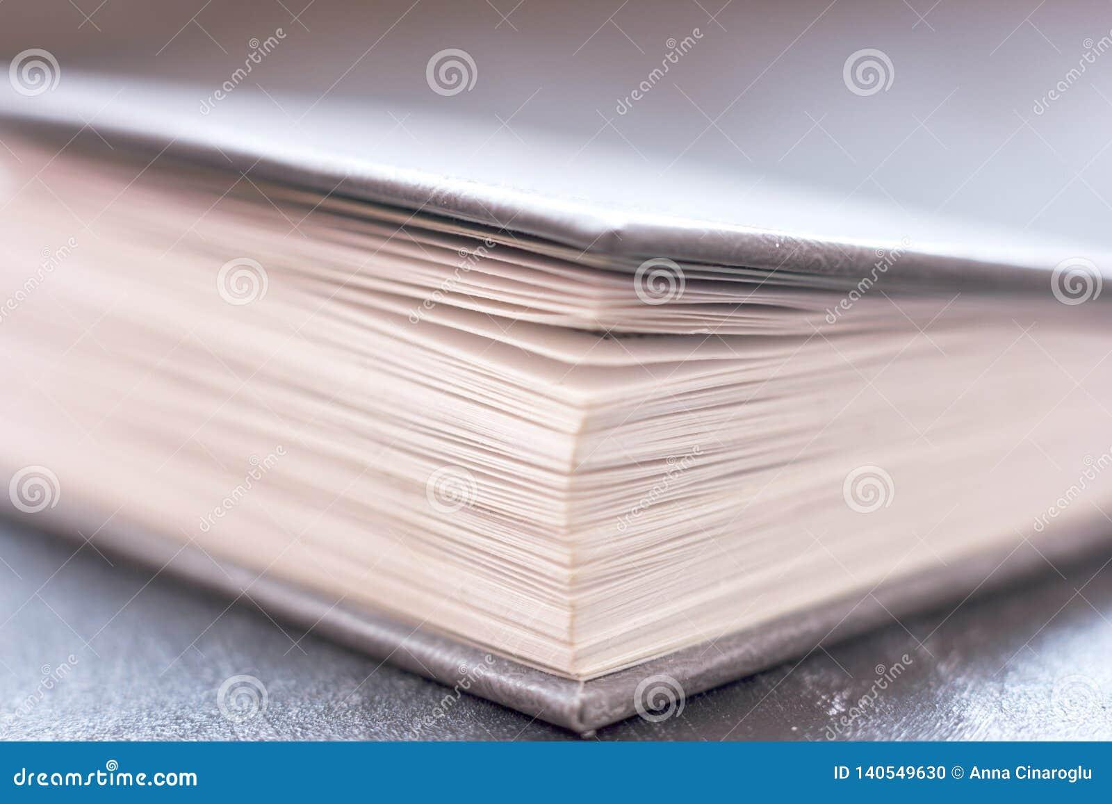 Geopend boek dicht omhoog E
