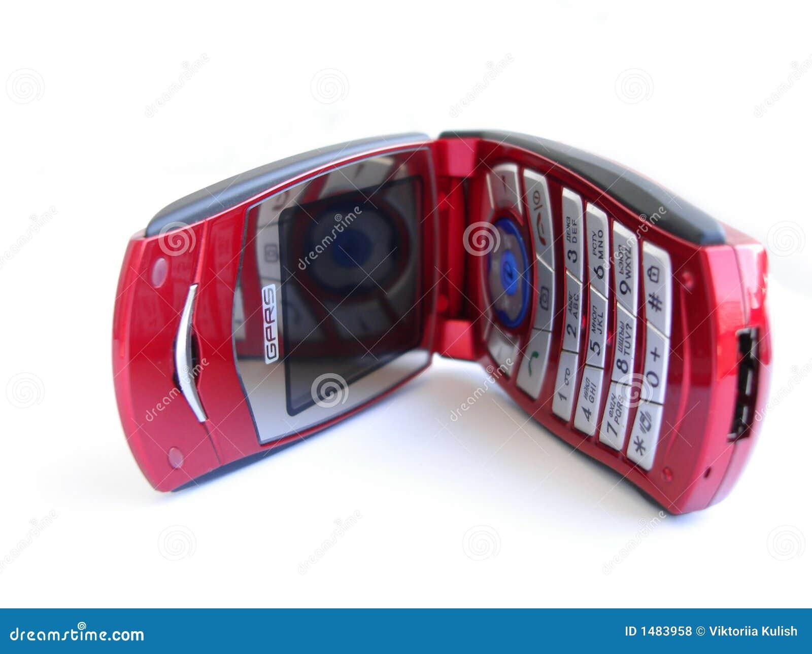 Geopende rode mobiele telefoon over een witte achtergrond