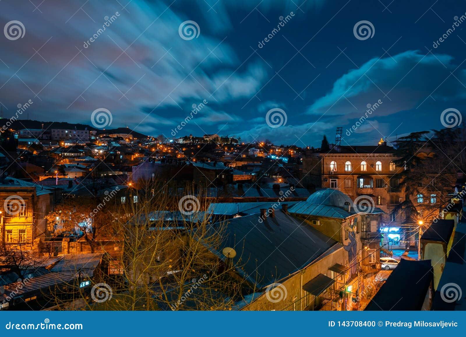 Georgië, Tbilisi - 05 02 2019 - Nachtcityscape mening Dikke wolken die zich over het hemelbeeld bewegen