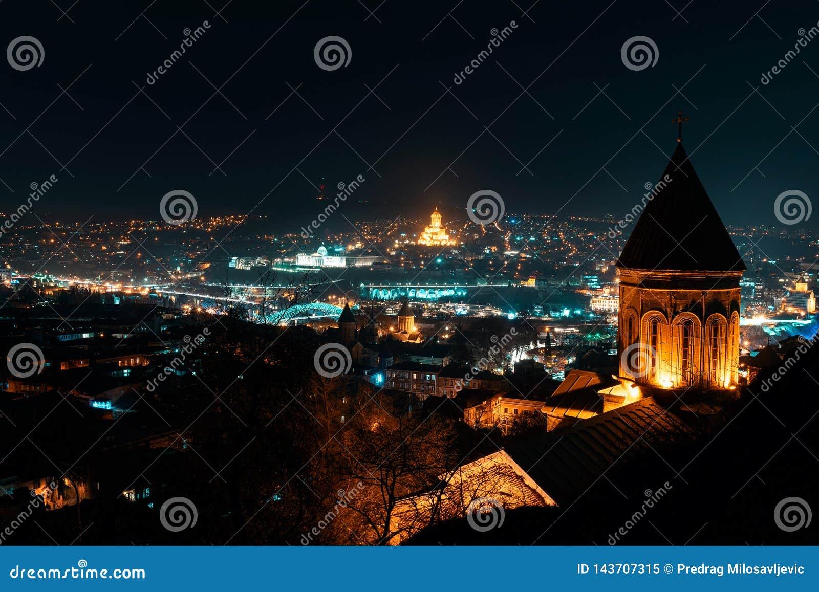 Georgia Tbilisi - 05 02 2019 - Flyg- sikt för nattpanorama över georgiska huvudhuvudsakliga gränsmärken - nattbild