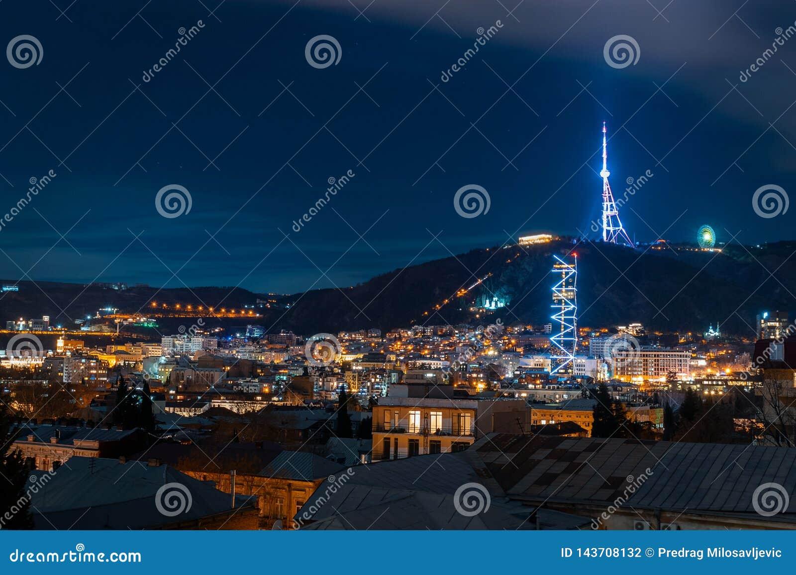 Georgia Tbilisi - 05 02 2019 - Nattcityscapesikt Härligt exponerade tvtorn och berömda gränsmärken - bild