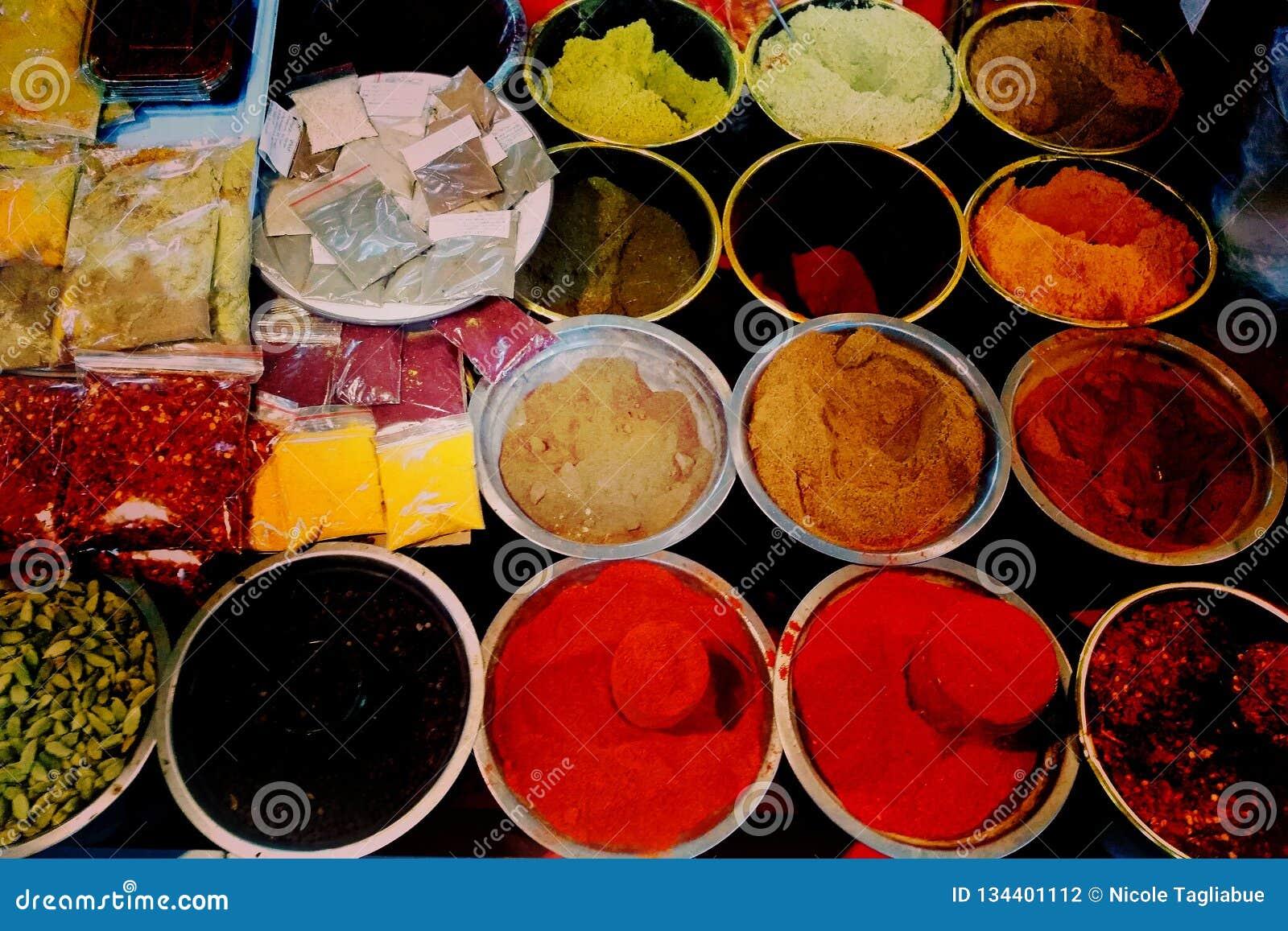 Georgische breite Palette der bunten traditionellen Nahrung im Verkauf im kleinen Straßenmarkt Geschäft - Nahaufnahme auf bunten