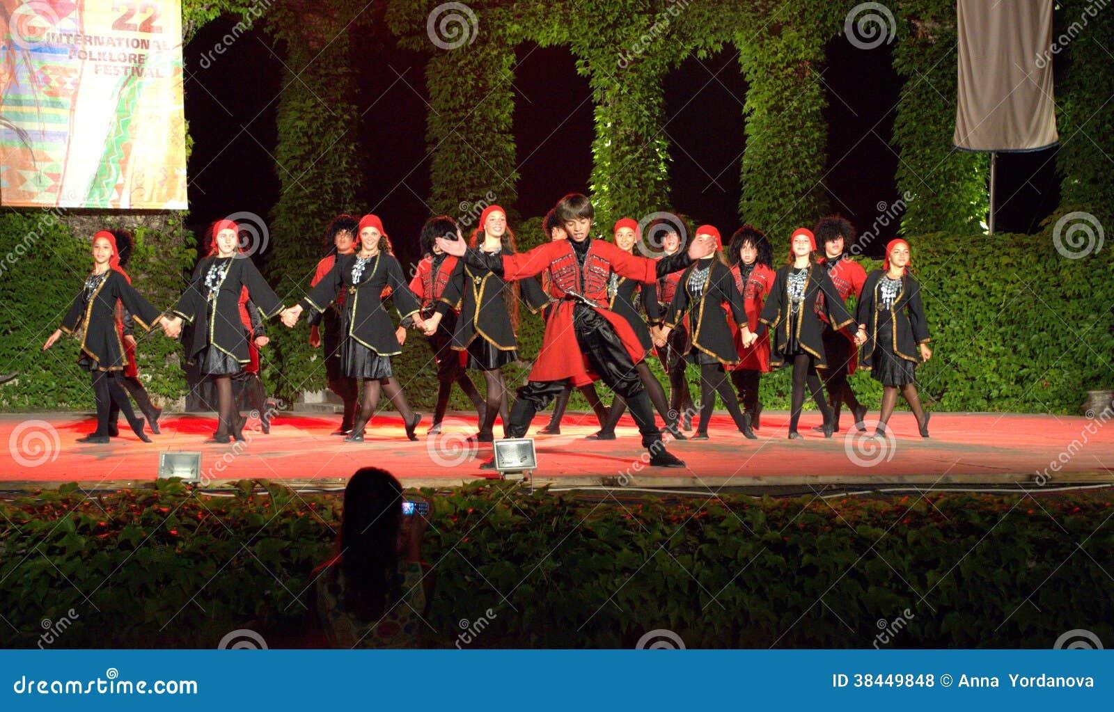 Georgische Tänzer auf internationalem Volksfestival