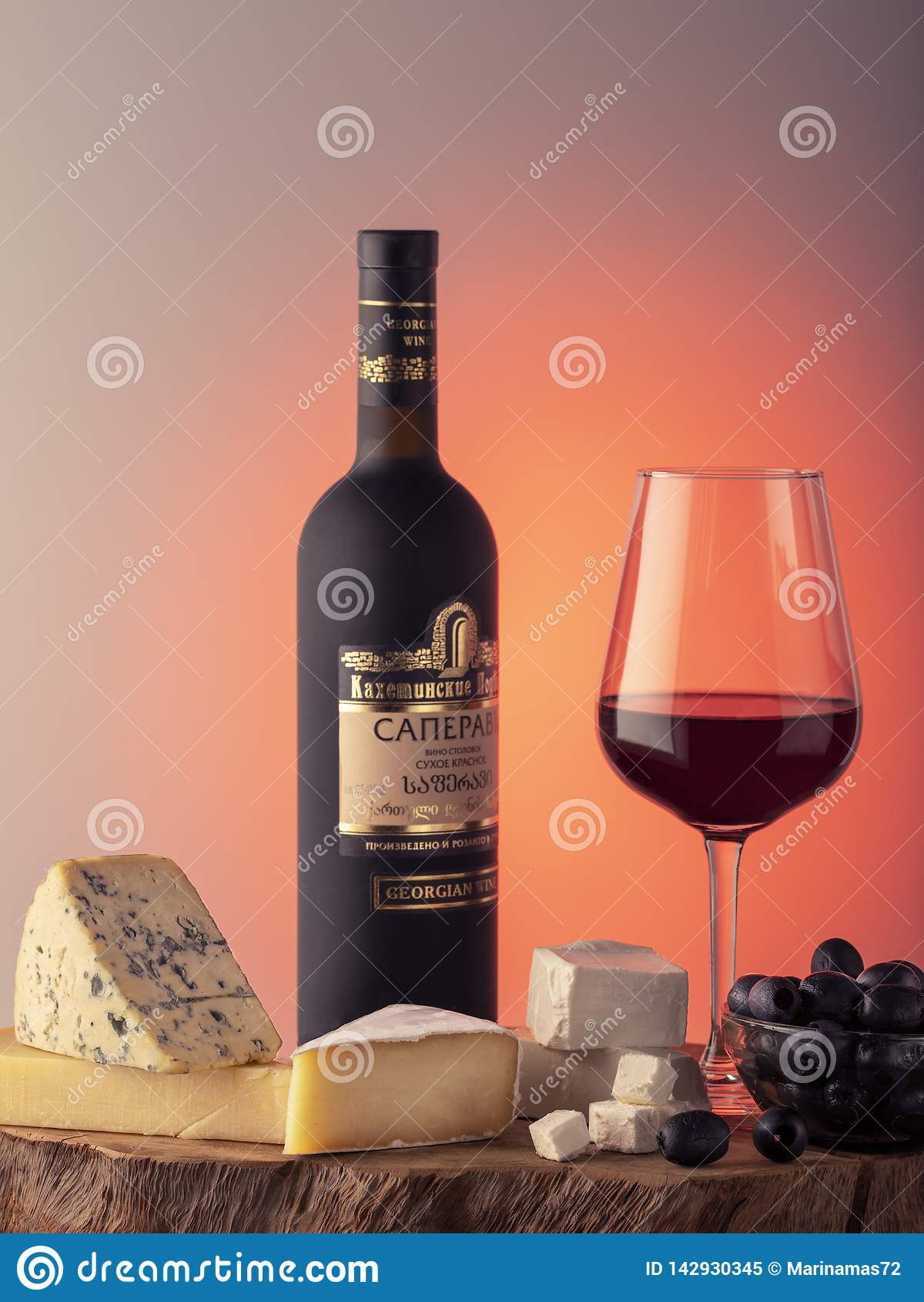 Georgische wijn, een glas rode wijn, kaas