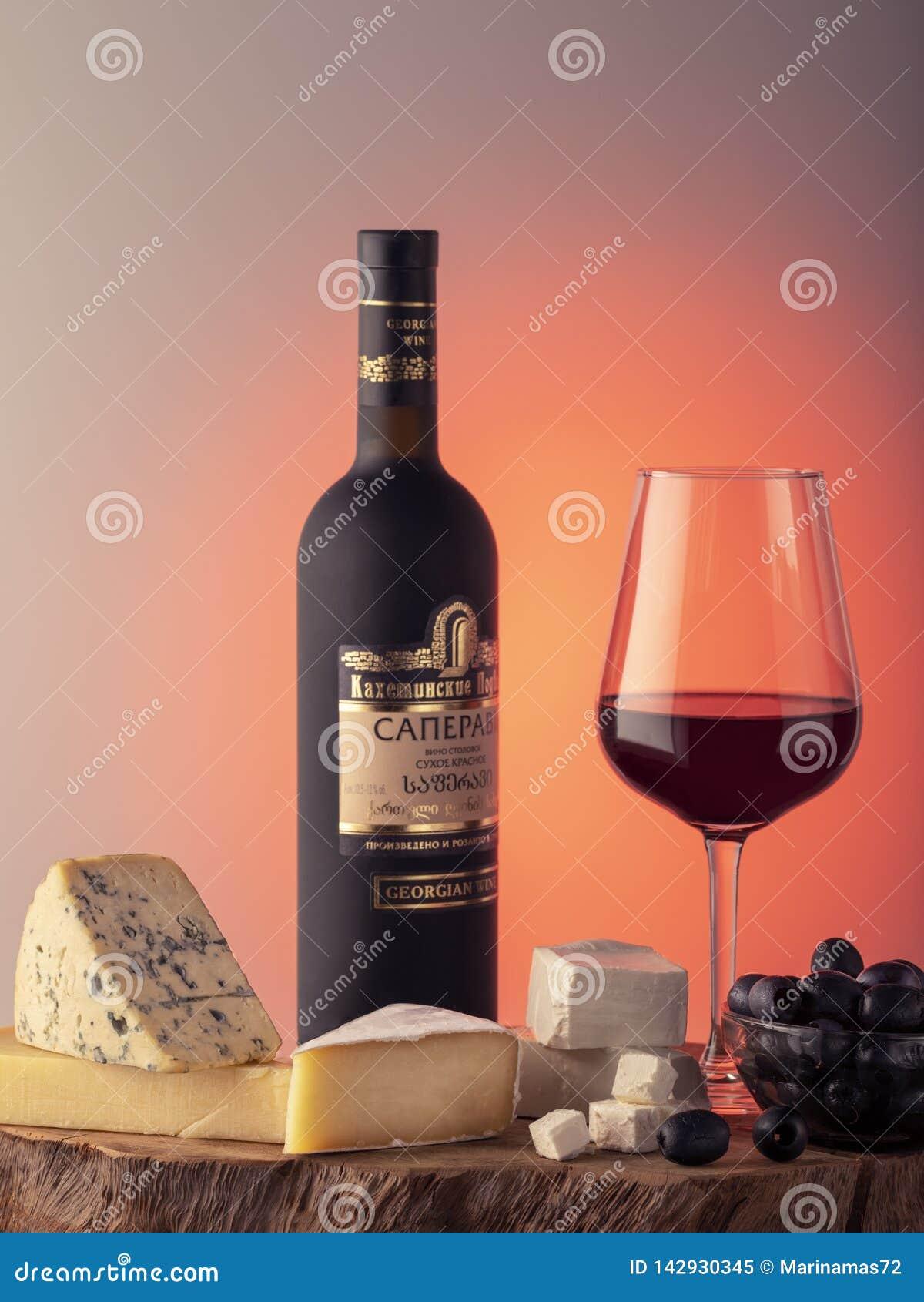 Georgischer Wein, ein Glas Rotwein, Käse
