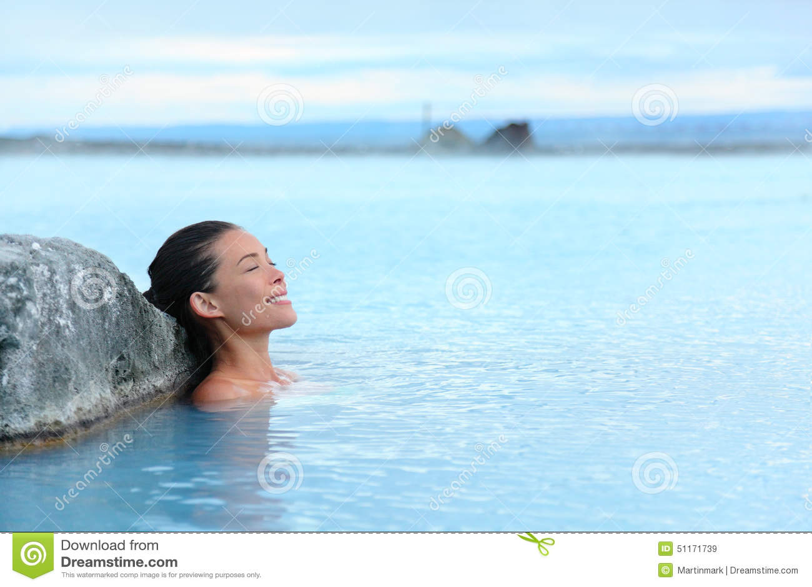 Geotermiczny zdrój - kobieta relaksuje w gorącej wiosny basenie