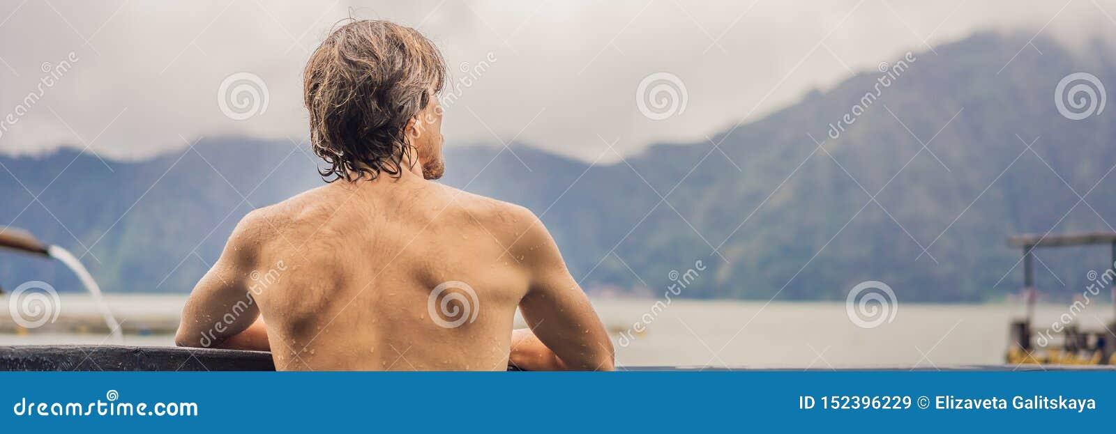 Geothermal Spa Χαλάρωση ατόμων στην καυτή λίμνη άνοιξη Νεαρός άνδρας που απολαμβάνει το λούσιμο που χαλαρώνουν σε μια μπλε λιμνοθ