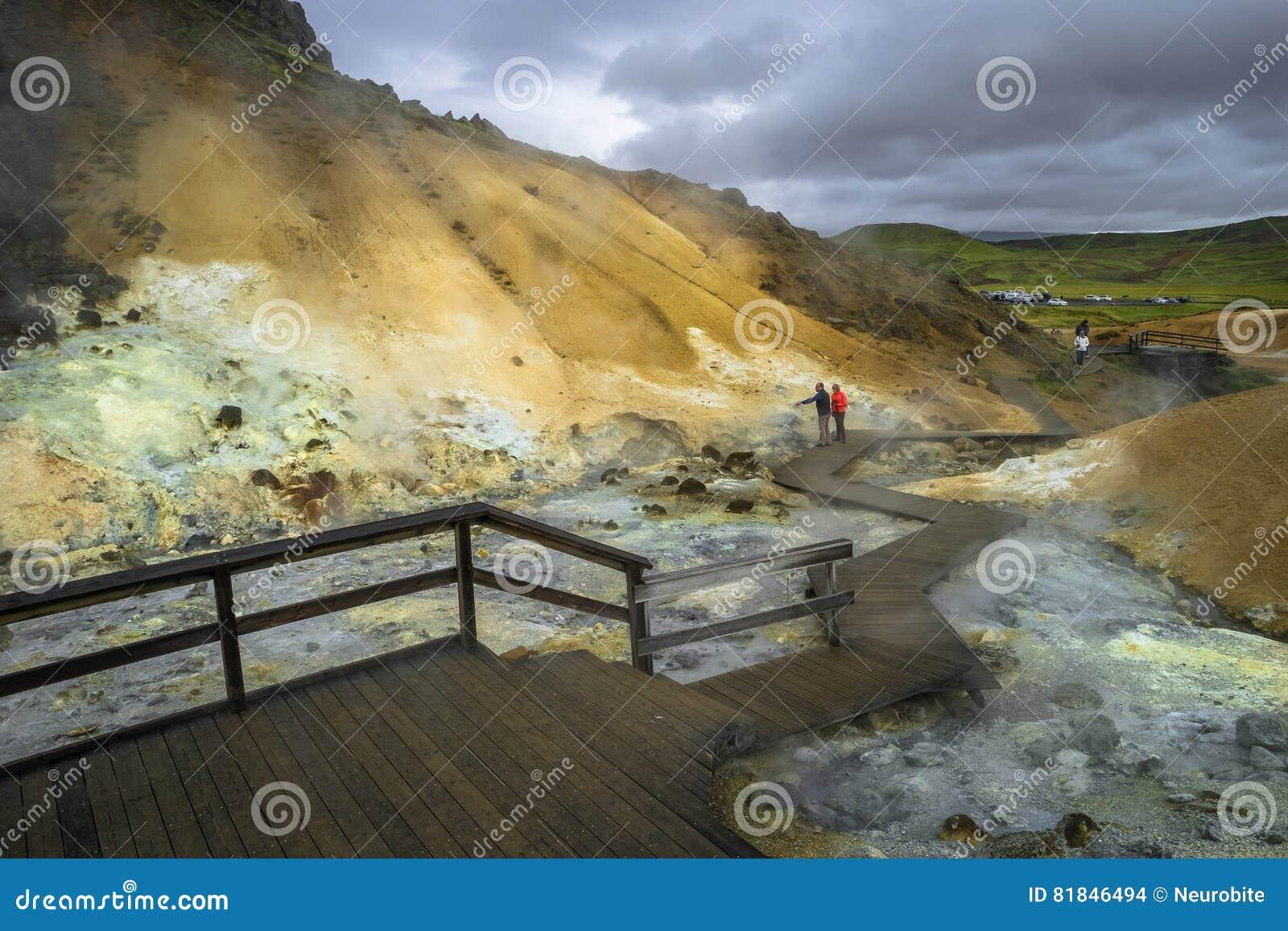 Geothermisch gebied met de hete lentes op IJsland, de zomer