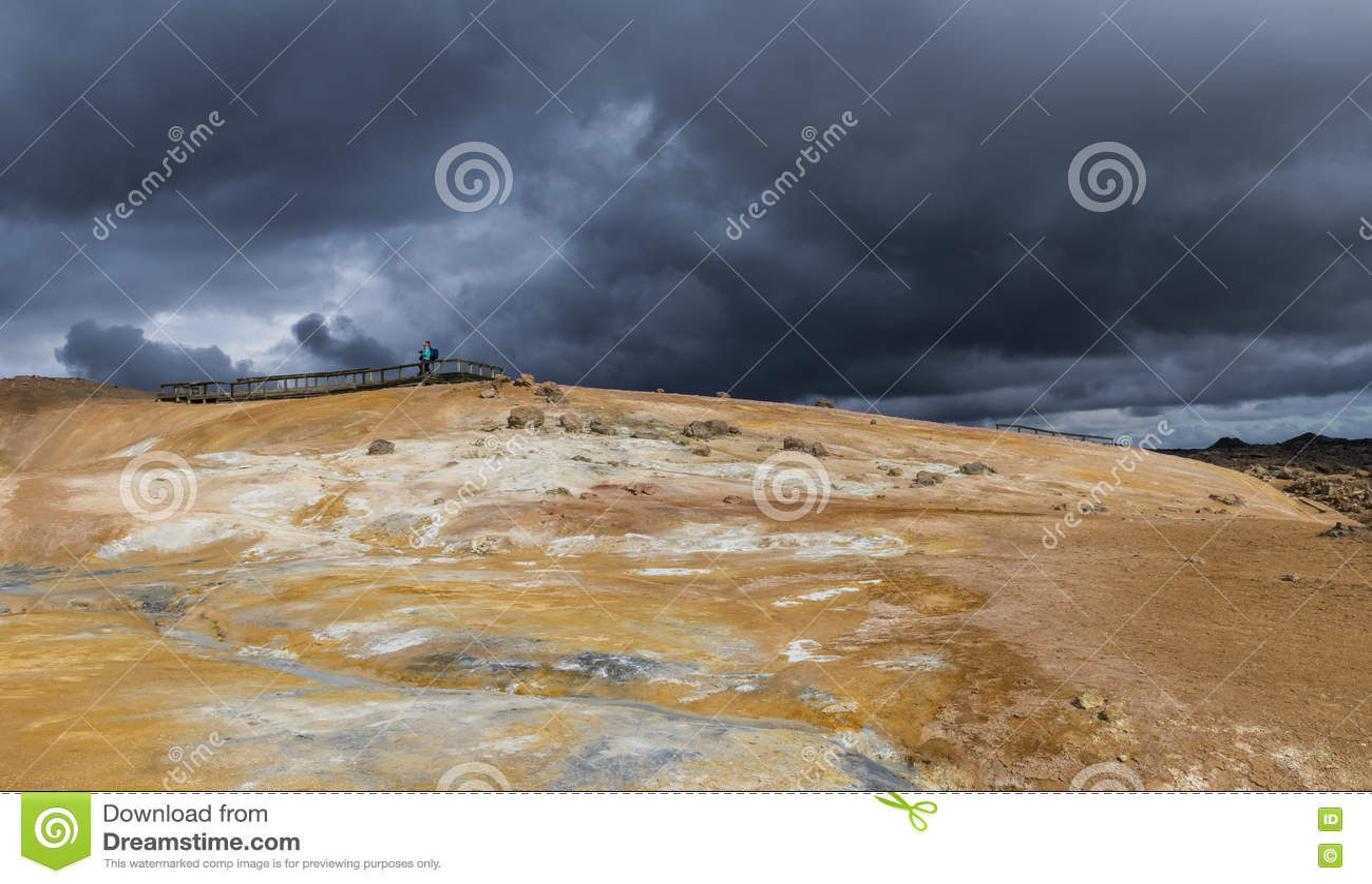 Geothermisch Landschap Krafla in IJsland met Toeristen
