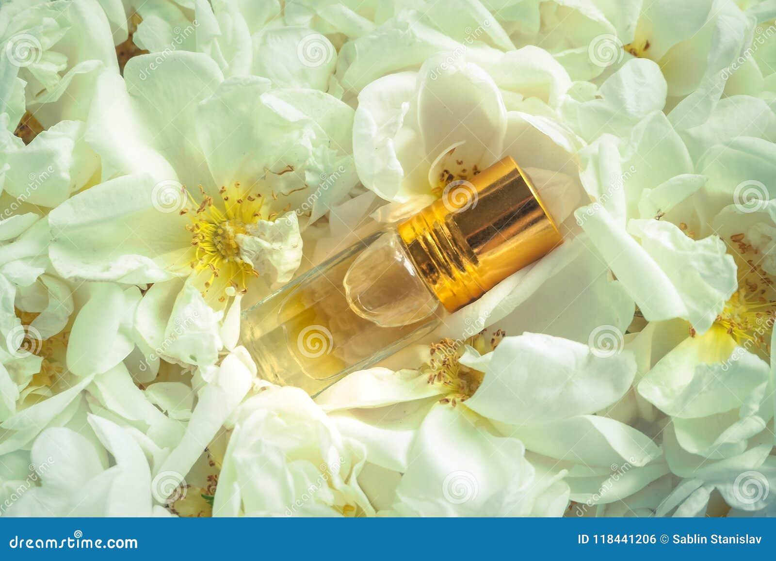 Geparfumeerd nam olie toe Natuurlijke olie voor ontspanning op een bloemenachtergrond