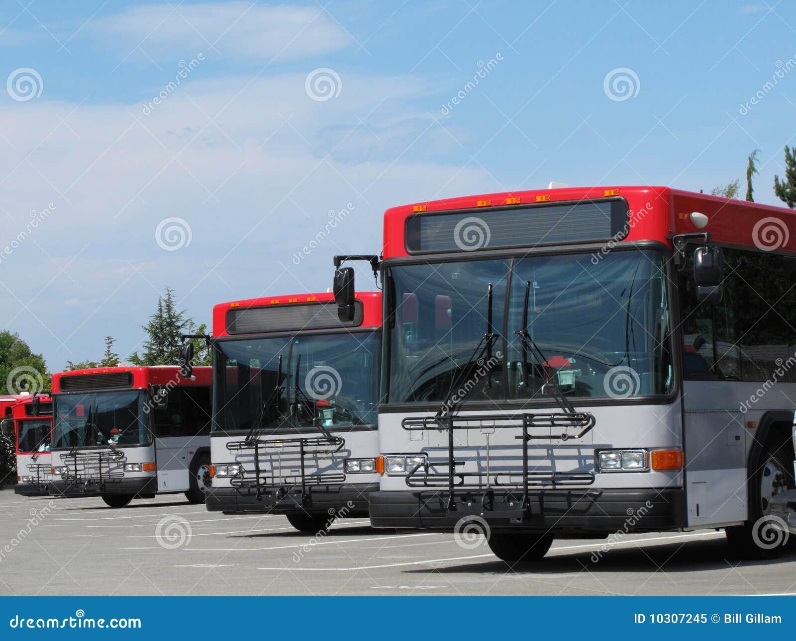 Geparkeerde de Bussen van de Stad van de Doorgang van de massa