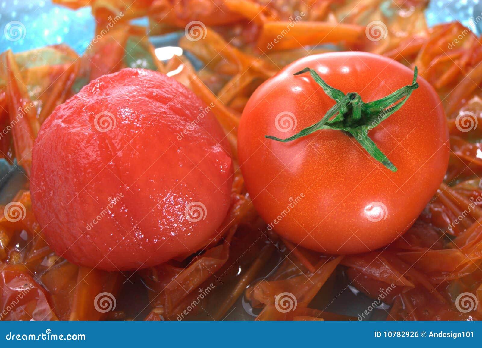 Gepeld en unpeeled tomaat