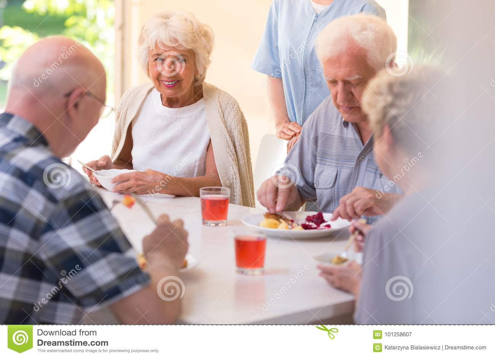 Gepensioneerden die lunch eten