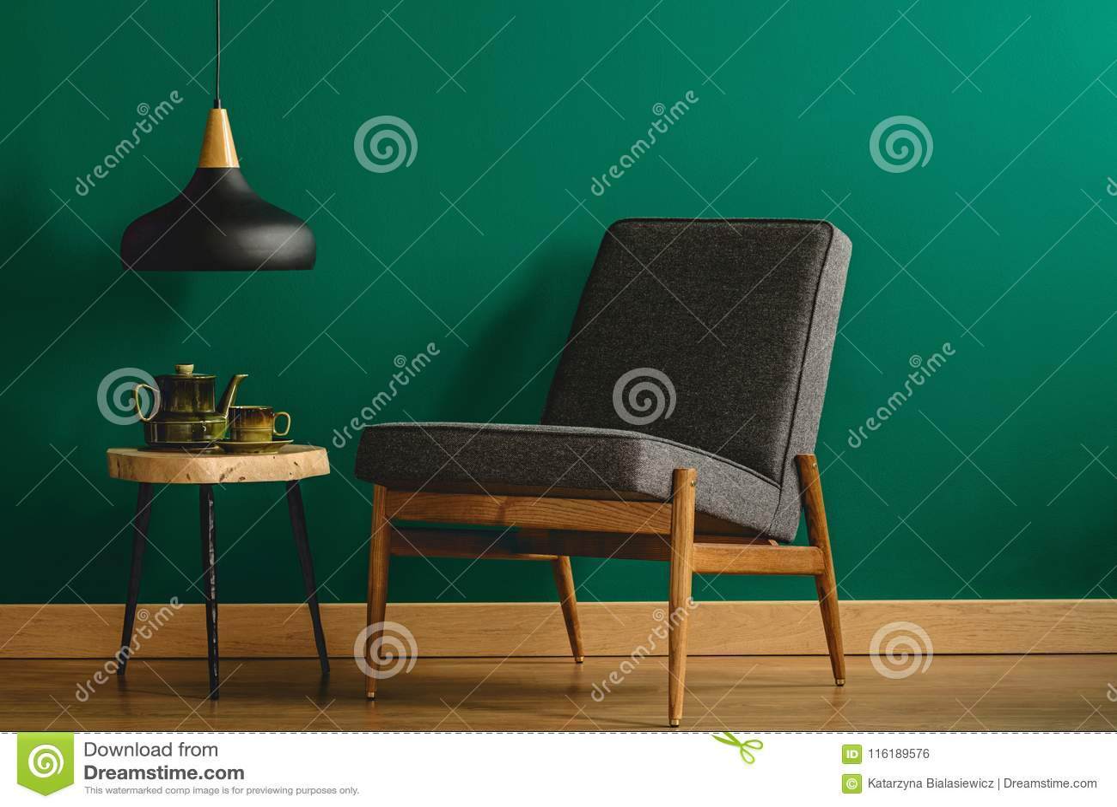 Gepolsterter Stuhl Durch Grüne Wand Stockfoto Bild Von Dekor